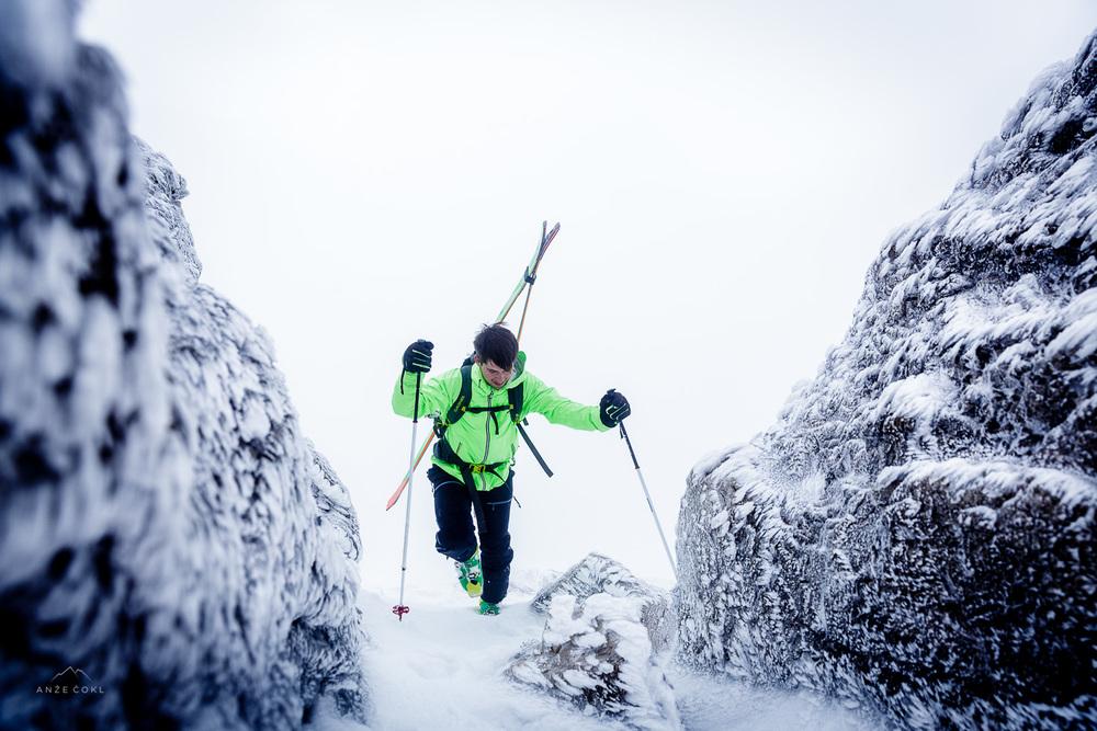 Keramični Simonovi uhlji kljubujejo ledenemu vetru ob vzponu na Malo Mojstrovko.