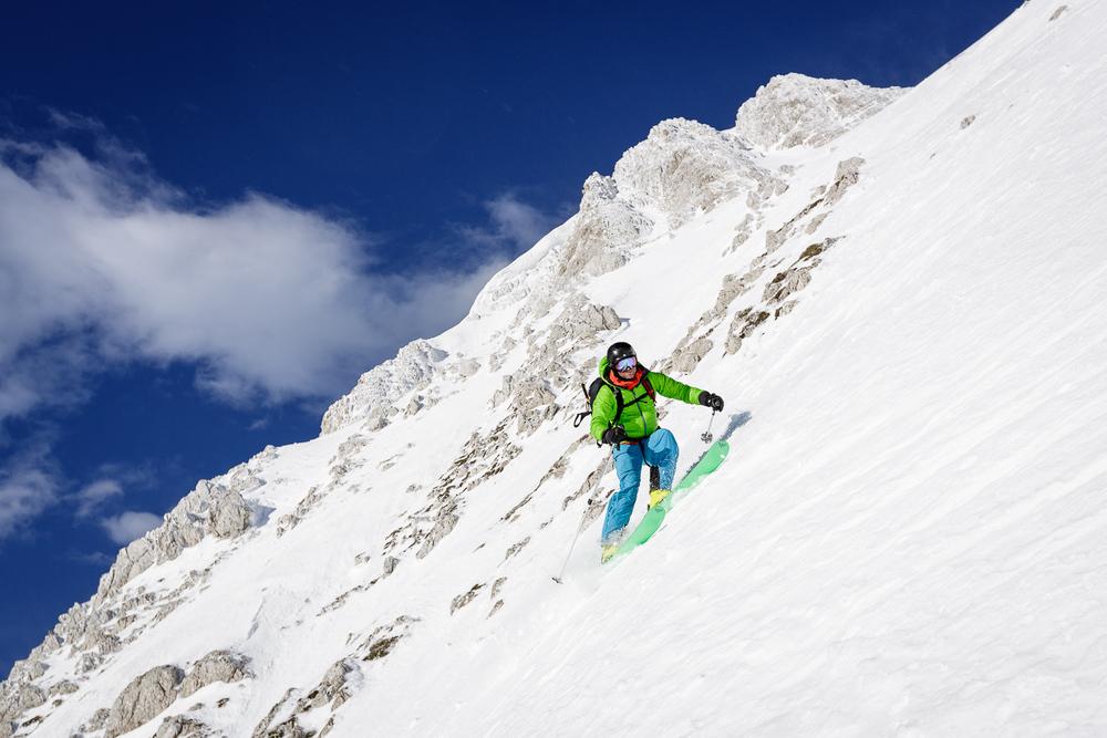 Klemen slalomira v strmini.