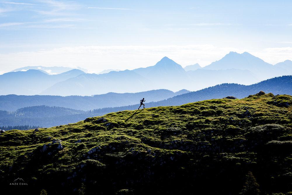 Fantastična svetloba zgodnjega jutra s Karavankami in Kamniškimi Alpami v ozadju...