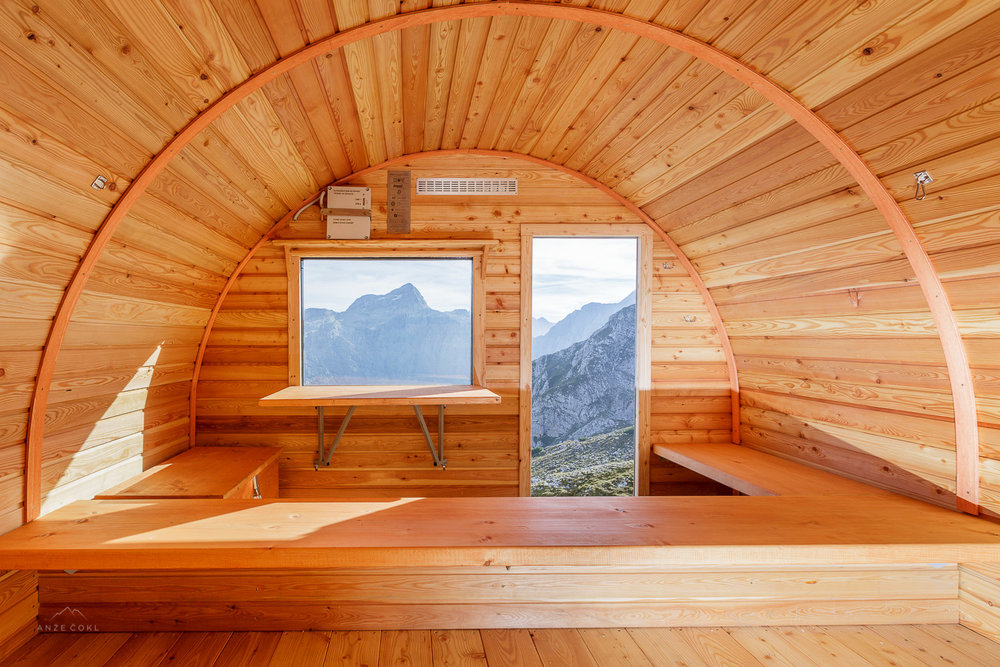Interier novega bivaka v macesnovem lesu. // Interior decorated in larch wood. Foto: Anže Čokl, anzecokl.com