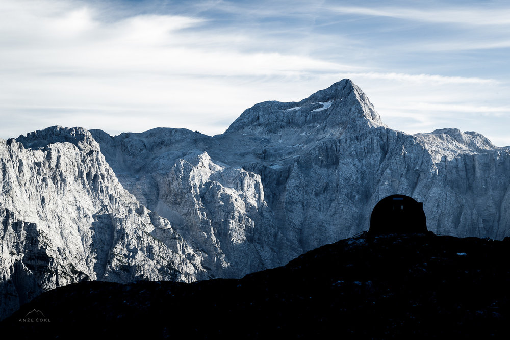 Silhueta bivaka s Triglavom v ozadju. // A sillhoutte of the Bivouac with Triglav in the background.  Foto: Anže Čokl, anzecokl.com