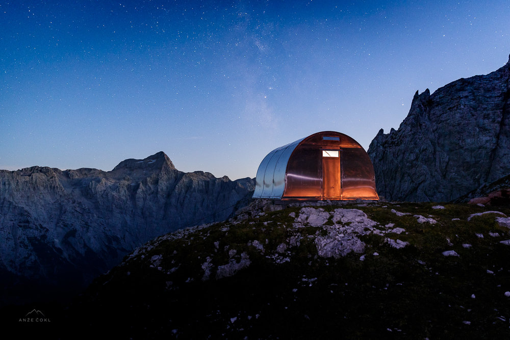 Bivak z nočnim odsevom in Rimsko cesto na nebu. // Bivouac at night with the Milky Way in the Sky overlooking Triglav. // Foto: Anže Čokl, anzecokl.com