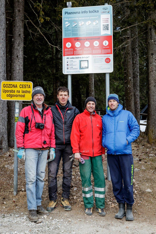 Z leve: Stane Ortar, Jaka Ortar, Duško Grabnar in Anže Čokl ob prvi postavljeni tabli na Rudnem polju.