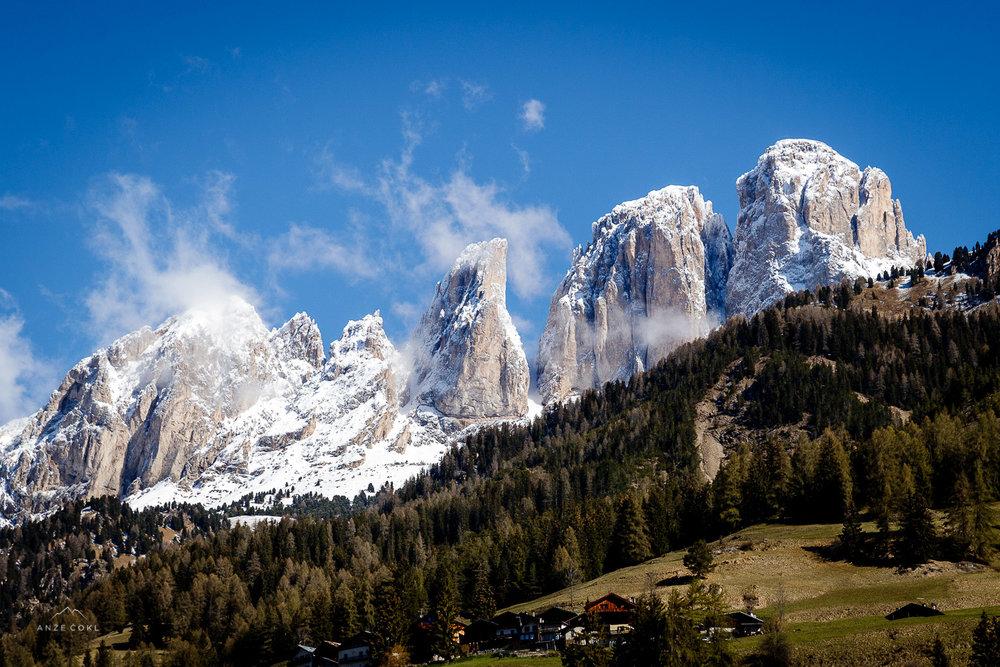 Izjemna gorska kulisa nad Canazei-om.
