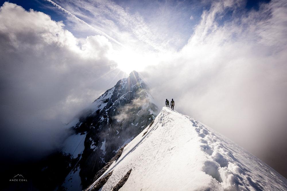 Prvih in edinih 10 sekund, ko smo med divjanjem oblakov opazili modro nebo nad Triglavom.