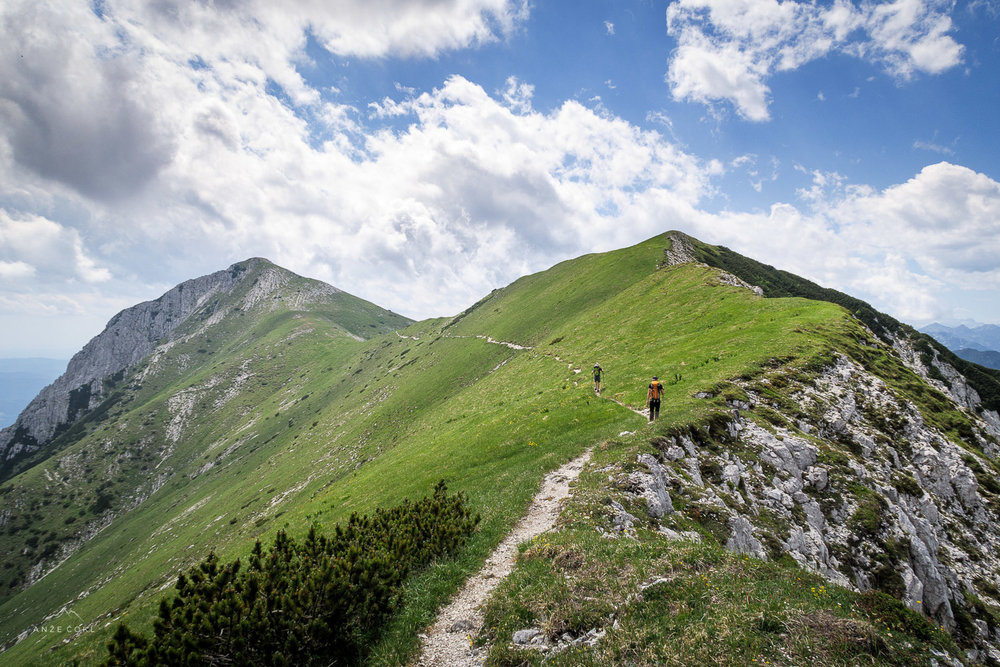 Izjemna travnata pobočja in neskončna pot.