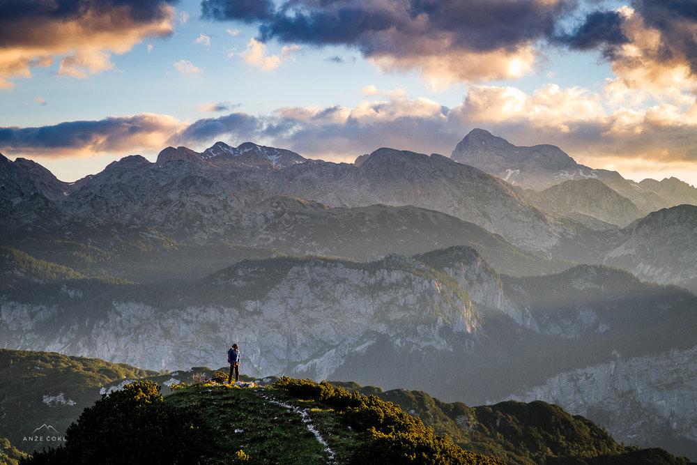 Obnemeli ob čudovitem sončnem vzhodu z razgledom na Triglav.