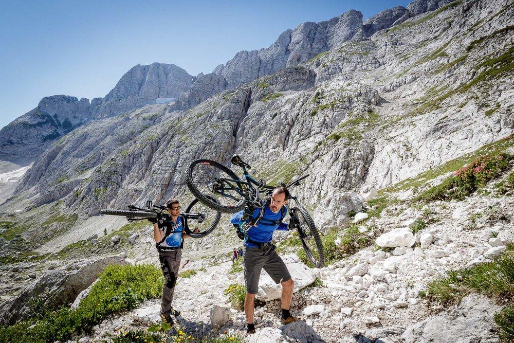 Pričetek kolesarjenja. Pardon - hoje s kolesom.