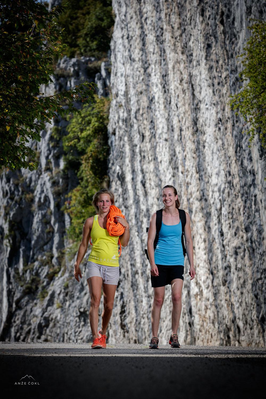 Polona in Katja na dostopu v plezališče