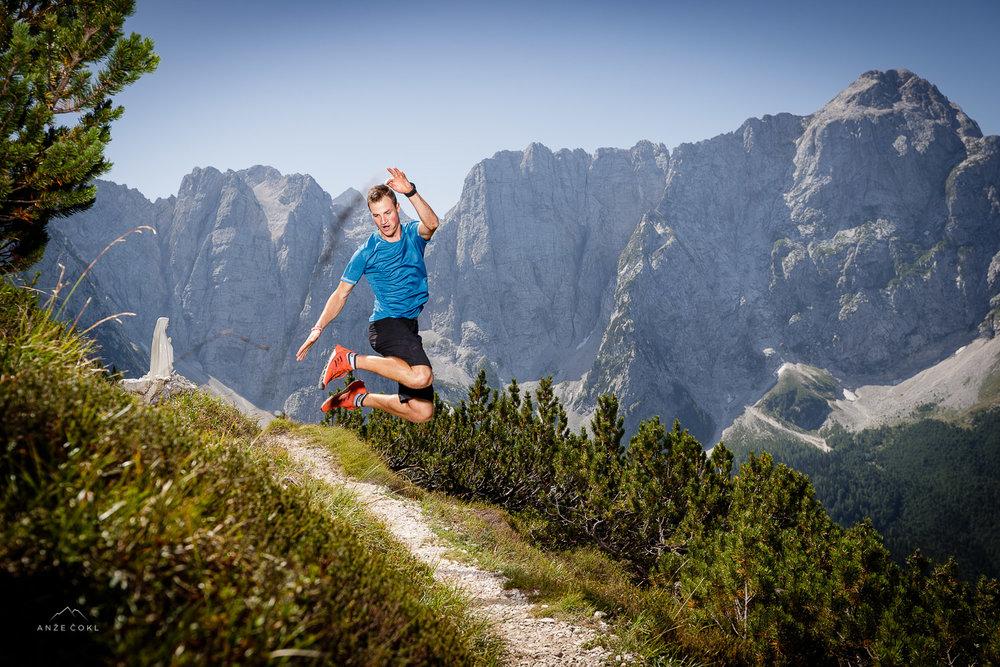 Luka ob lepih razgledih skače od veselja. Marija ob poti ga svari, da naj gre počasneje :)