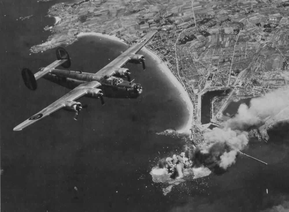 Bombardement_du_Grand_Bé_par_des_B-24_Liberators_de_la_8th_Air_Force_américaine_en_août_1944..jpg
