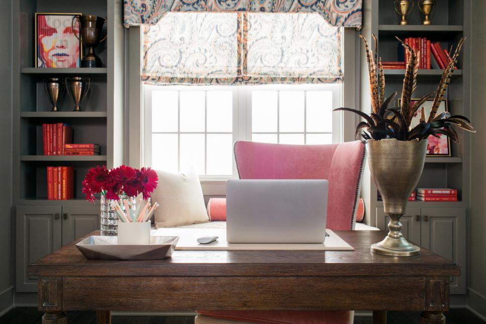 sh2016_home-office-desk-electronics_h.jpg.rend.hgtvcom.966.644.jpeg