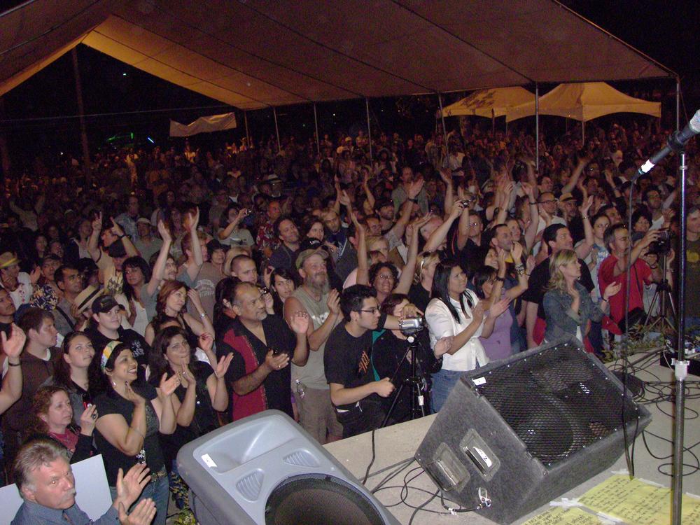 crowdForJacksonBrowne.2008.Peggy.100_5775.jpg