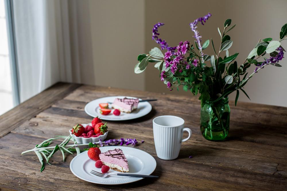 Raw Strawberry Cashew Frozen Cake - www.madelinelu.com
