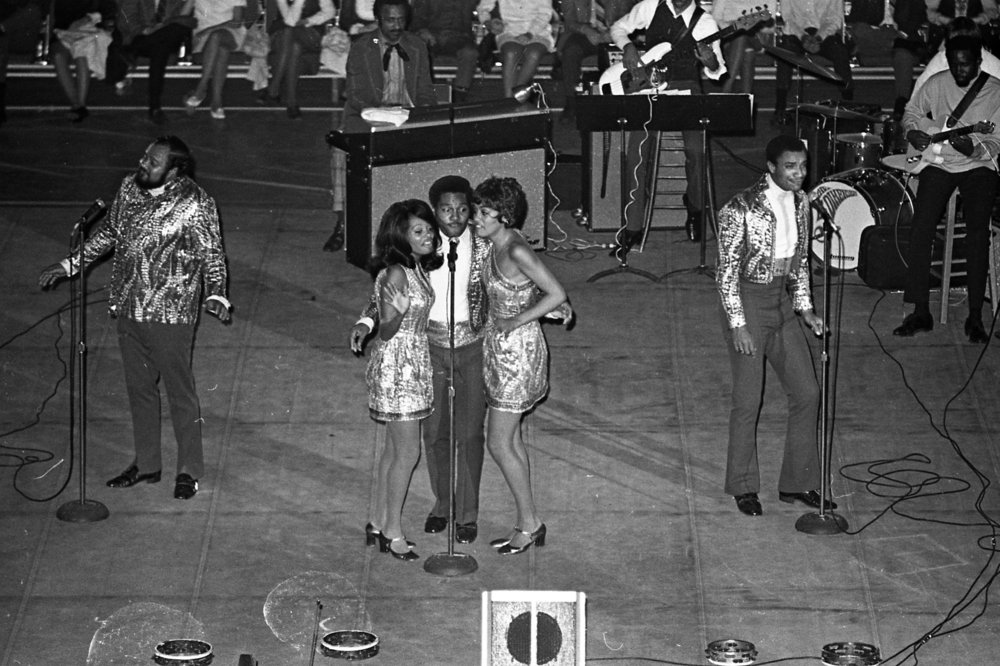 "5th Dimension performing ""Aquarius"""