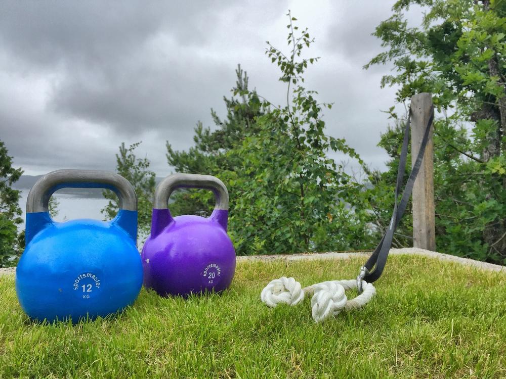 Dagens utstyr: 1 12kg kettlebell, 1 20kg kettlebell og en medium fitness-strikk med tau