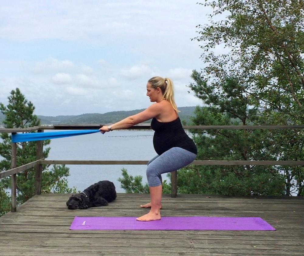 Trener både armer, rygg og ben