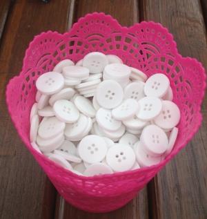 A gente usa botões como moeda. Fica fofo e reutilizável.