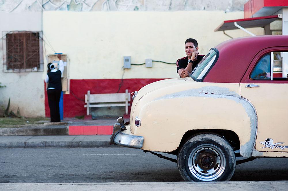 the-zen-photographer-man-cuba-car
