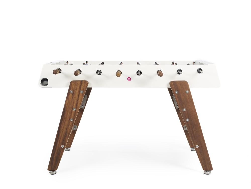 Dette fotballbordet med nøytrale farger og solide heltre ben kan gjerne få stå midt i huset.Flerekonkurranser i hjemmet er bare sunt!