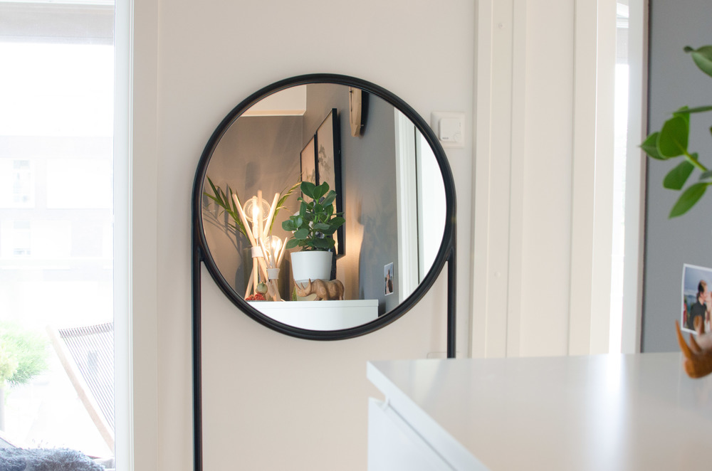 Circular Mirror by Omelette -ed makes sure we optimize the summer light and help us get organized after the holidays.