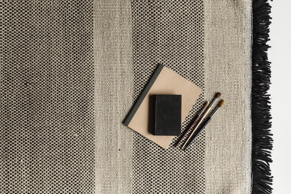 En av årets nyheter - TRES, en serie tepper som er laget som enkle og siden sømløst satt sammen til et større design. For første gang bruker hun også organisk bomull som en av flere materialer.