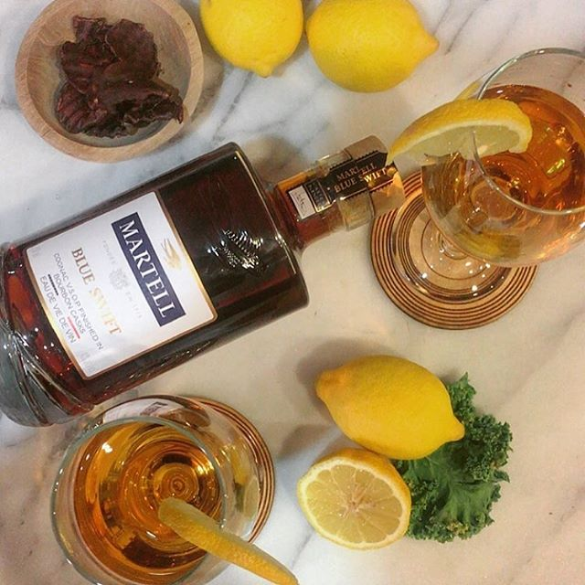Fall is finally here so I'm making the perfect fall drink at home with @martellusa 🥂🍋🍃🍂 #sponsored #martellblueswift #becurious 🍹 Cocktail Recipe: - 1.5oz martell blue swift a smooth VSOP finished in bourbon barrels - 1/2oz lemon juice - 1tsp honey - ice cubes