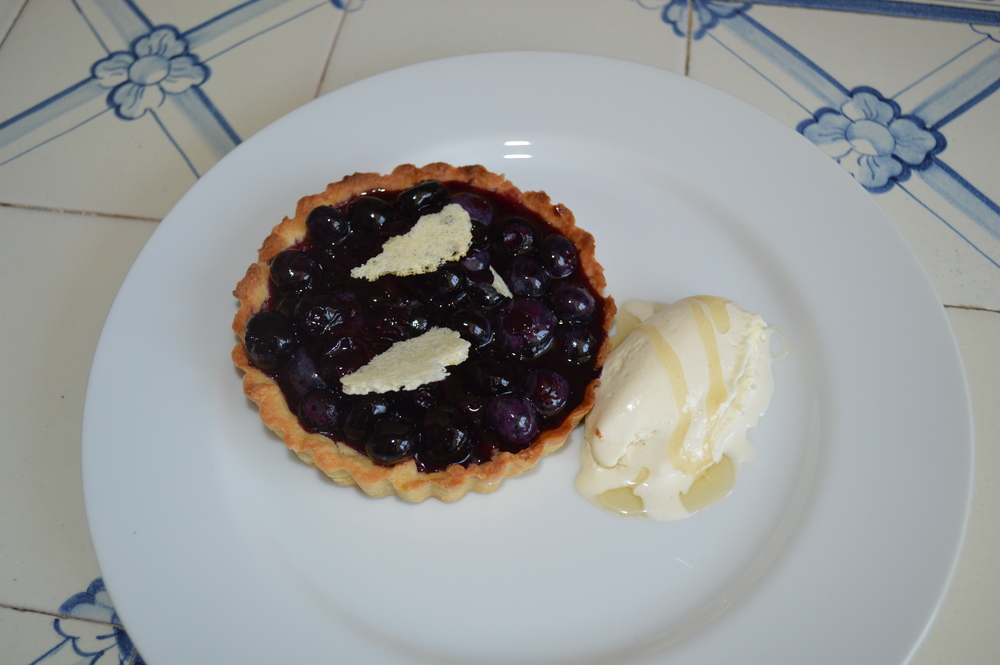 Blueberry pie with dehydrated milk foam