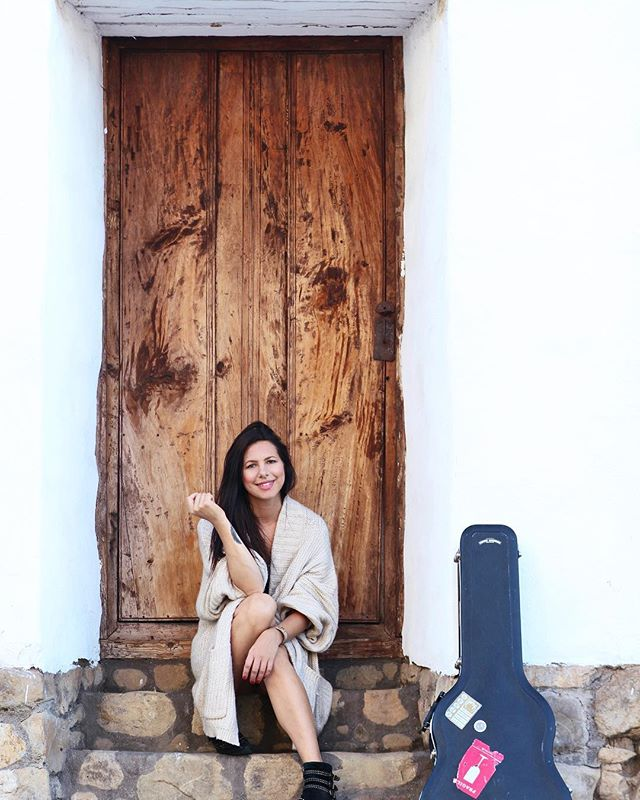 It's the weekend!! And a hot one in LA ☀️playing 2 shows today ~ I'll be at @perchlosangeles DTLA until 3pm then off to @yamashirola from 7-10 ✌🏼 . 📷 @katieferraramusic  at a random door in #santabarbara . . . . . #la #sb #hollywood #gigs #lalivemusic #dtla #perchla #rooftop #brunchgig #yamashirohollywood #guitar #singer #singersongwriter #randomdoor #olddoor #fall #fallinla #losangeles #giglife #shows #weekendvibes #stonesteps #guitarcase #frendlygathering #smile #emmajane #emmajanemusic #summerinoctober