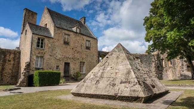 Pascal-Morabito-Pyramide-de-Memoire-Bricquebec-1-650.jpg