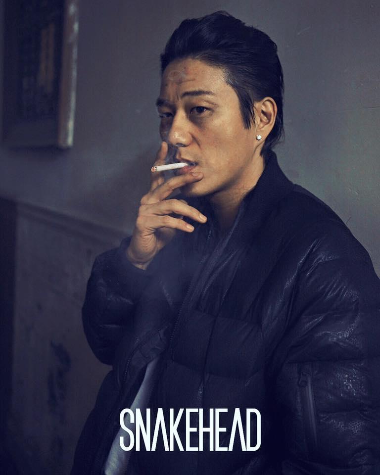 Sung Kang raucht einer Zigarette (oder Cannabis)