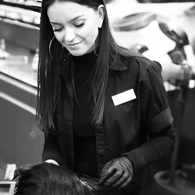 Das ist unsere junge, talentierte und hochmotivierte Hairstylistin Mimoza 💇🏻♀️! Ihr verdanken wir tagtäglich die wundervollen und kreativen Frisuren.  Ihr Spezialgebiet ist ausser dem Haareschneiden die Hochsteckfrisuren und  Haarverlängerungen mit #greatlengths. Toll bist du bei uns im Team 🖤#team #vanityteam #coiffeurzuerich #coiffeurteam  #vanitytheartofbeauty #vanityzurich #zurich #switzerland