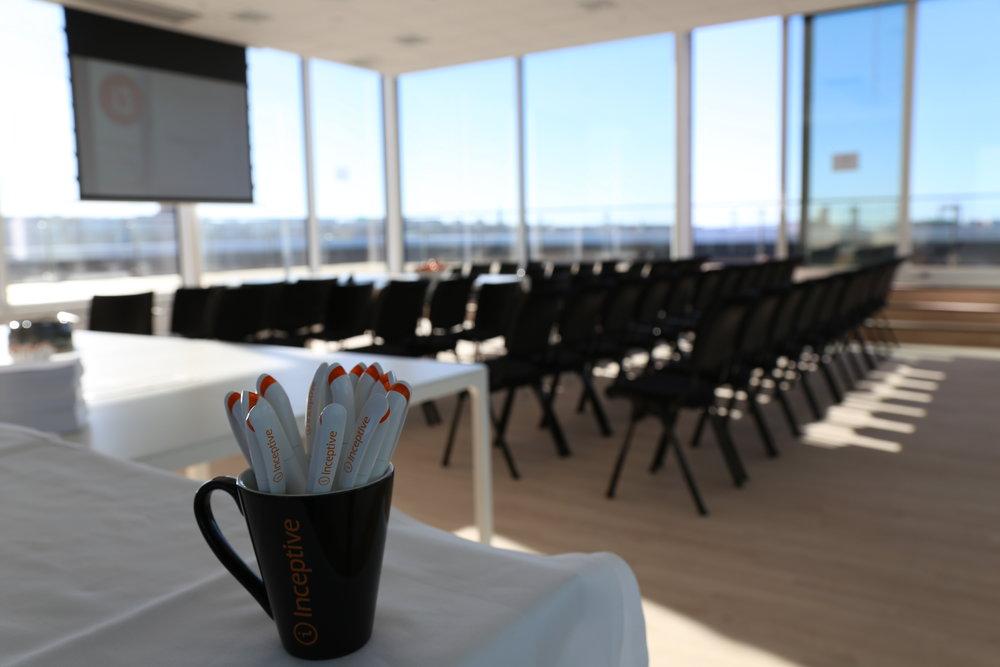 Konferenslokalen högst upp i Blenda-huset är redo för deltagarna