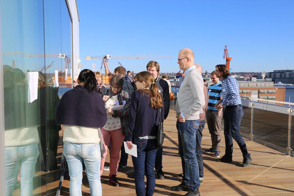 Några av deltagarna diskuterar en av frågorna i poängpromenaden och beundrar utsikten.