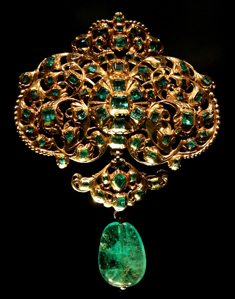 Spanish-made emerald and gold pendant exhibited at Victoria and Albert Museum.