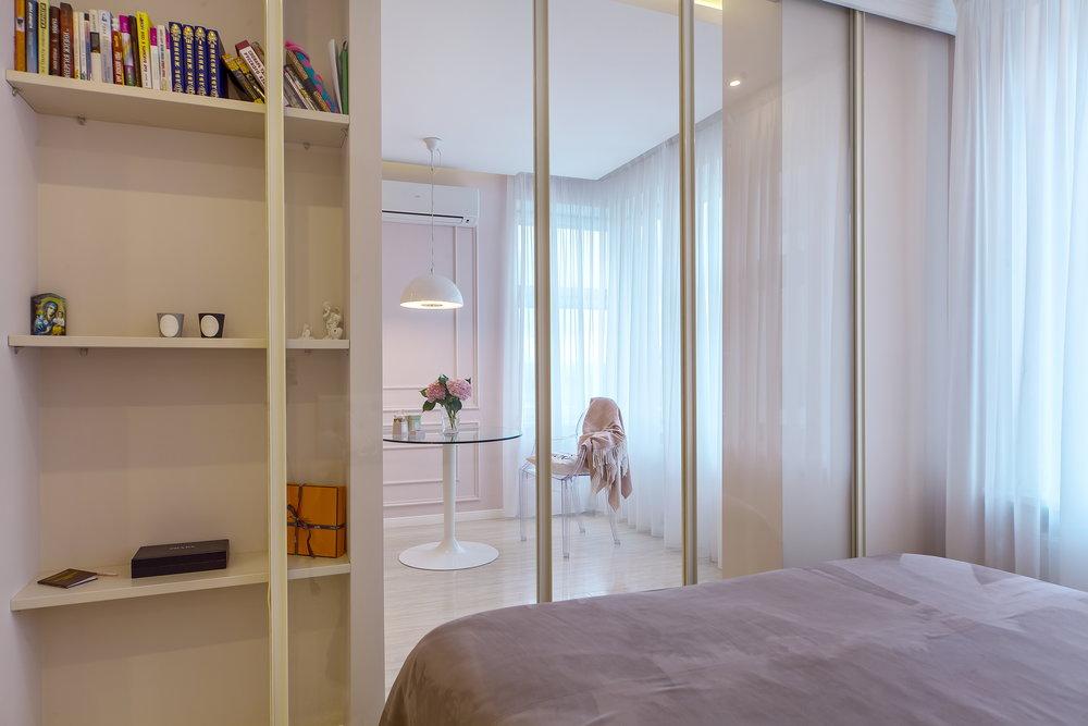 Объединив спальню с гостиной, мы получили простор и свободу, предоставив возможность изолировать спальню легкими откатными стеклянными перегородками, которые совершенно незаметны в открытом состоянии и не нарушают гармонии в закрытом