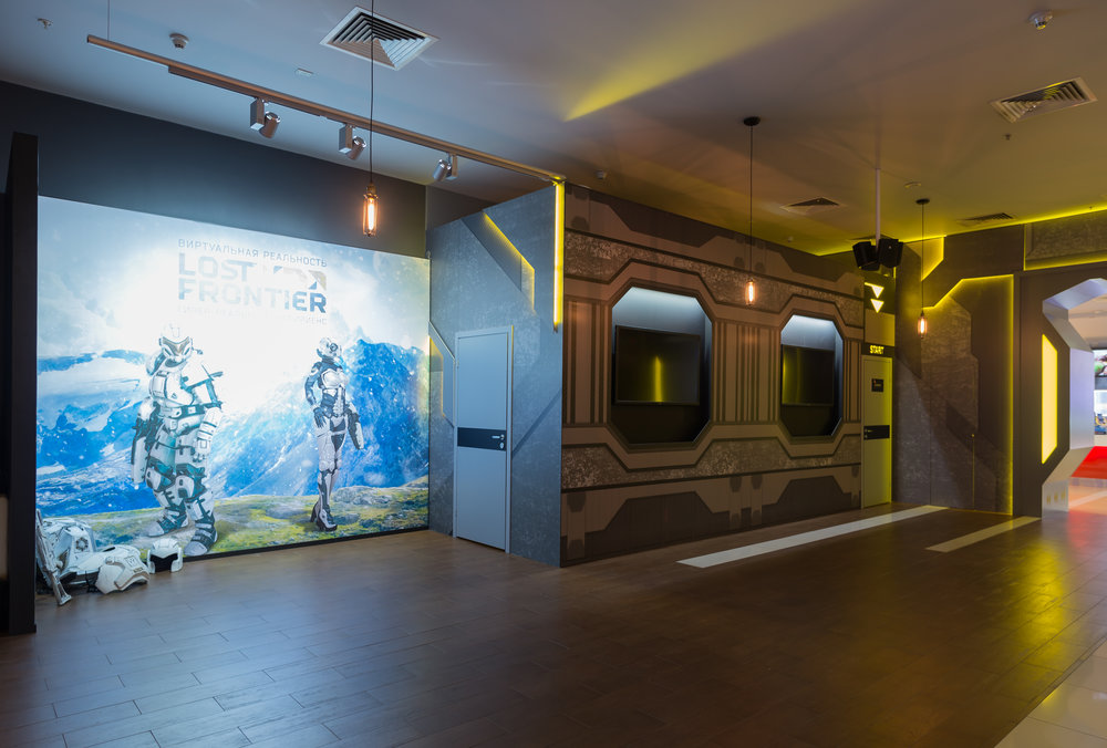 В основу стиля лег стильный, графичный, по военному точный футуризм, который нам было необходимо отобразить во внешнем оформлении. Интерьерно привлекательный структурированный межгалактический корабль будущего. В помещении торгового центра мы не имели возможности что-либо демонтировать и менять, включая цвет стен, полов и потоков, нужно было как-то обыграть барную стойку. За счет декораций, не меняя архитектуры пространства, мы доработали интерьер в необходимой тематике.