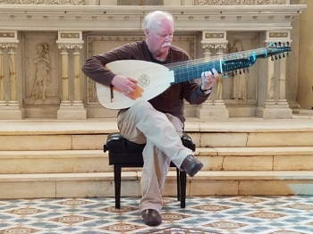 Edward Martin playing the finished Martin Hoffman lute
