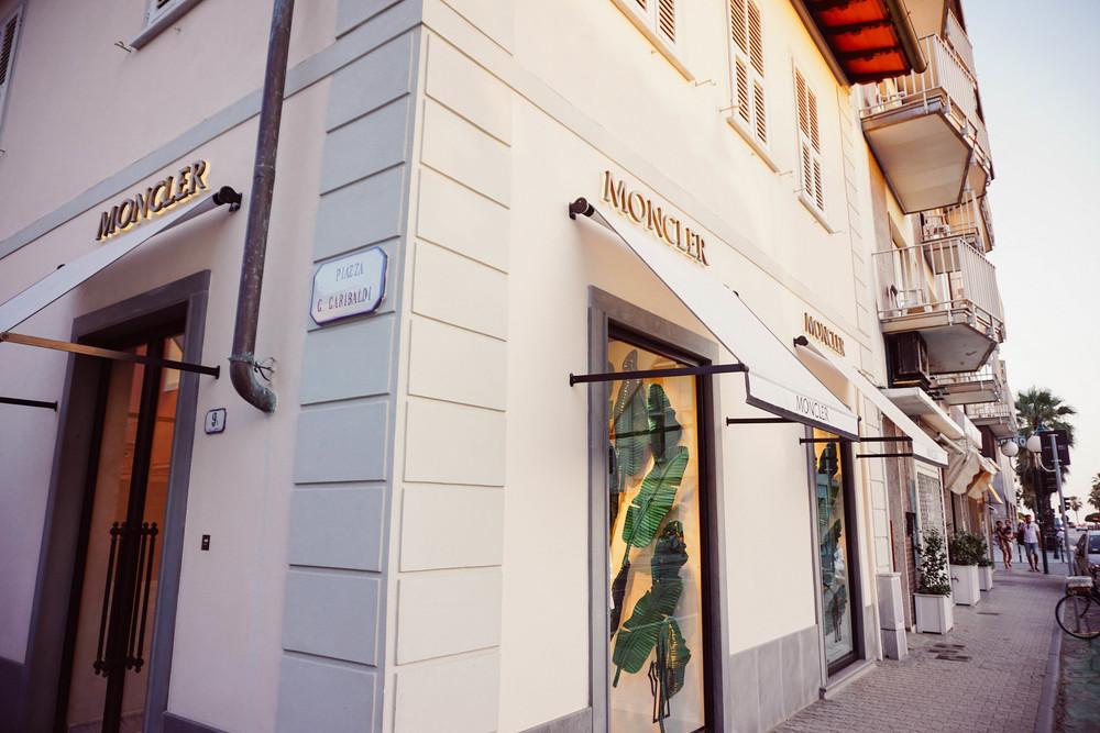 Forte dei Marmi, fashion style. Moncler Store.