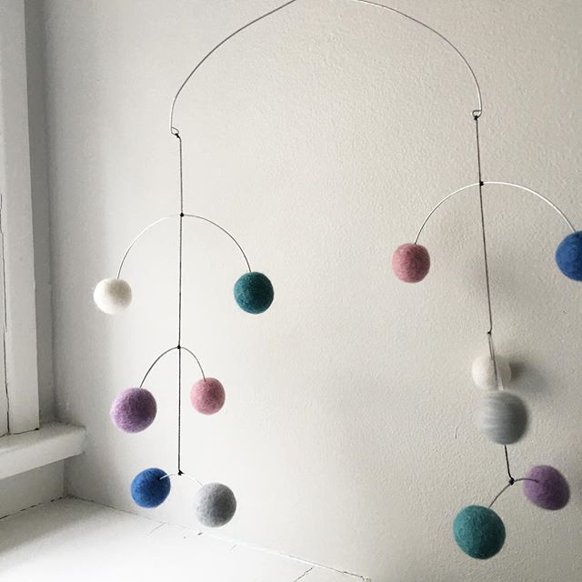 So in love with all these little abstract mobiles I've been making that I had to share! #feltball #nurserymobile #nurserydecor #modernmobile #pastel #modernnursery