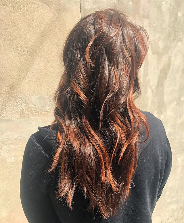 Justin Littlefield (@jlitt.hair) bringing it as always. We love this look! How do you like these effortless, coppery waves?