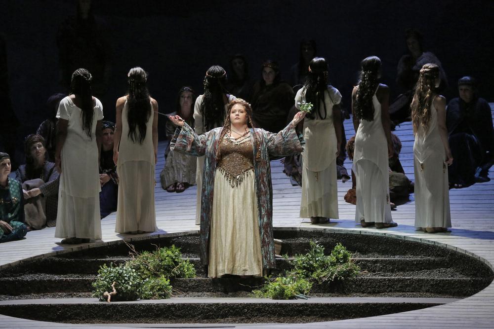 'Casta Diva', Act 1