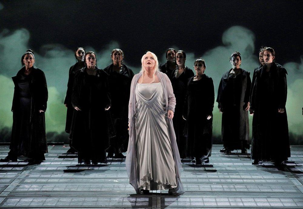Iréne Theorin as Brünnhilde and members of the San Francisco Opera Chorus