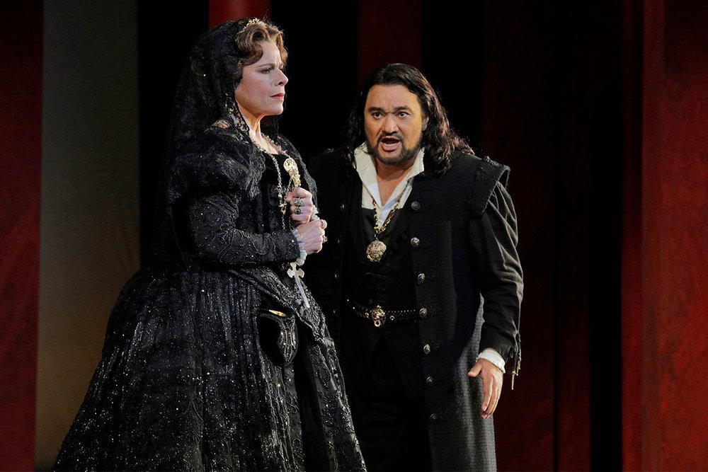 Martinez as Elisabetta, Vargas as Carlo