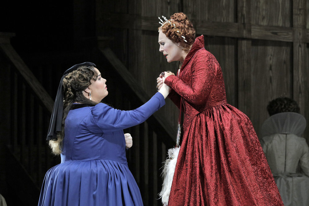 (L): Jamie Barton as Sara, (R): Sondra Radvanovsky as Queen Elizabeth