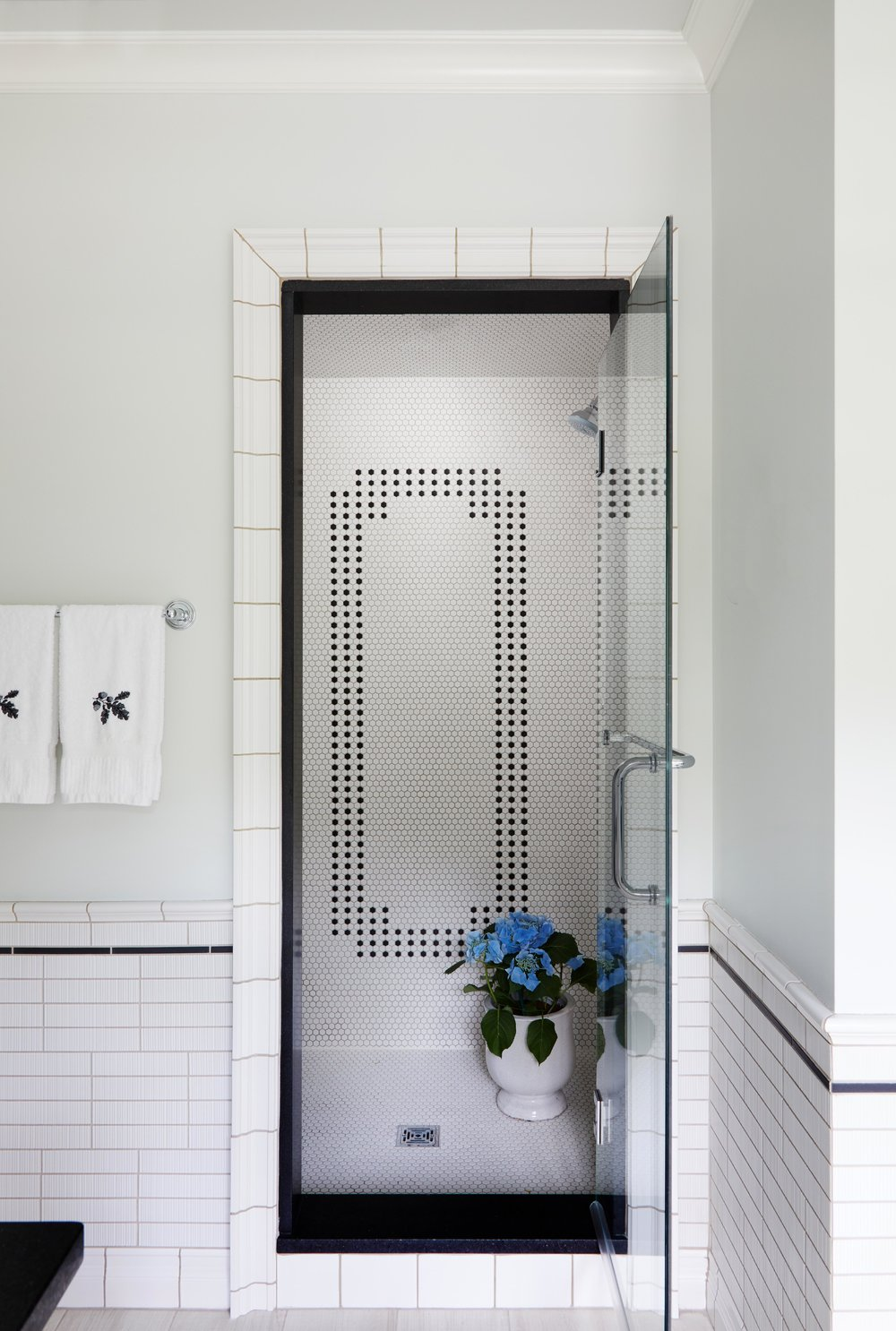 Classic black and whtie bathroom with walk in shower. Come see more interior design inspiration from Elizabeth Drake. Photo by Werner Straube. #interiordesign #classicdesign #traditionaldecor #housetour #elizabethdrake