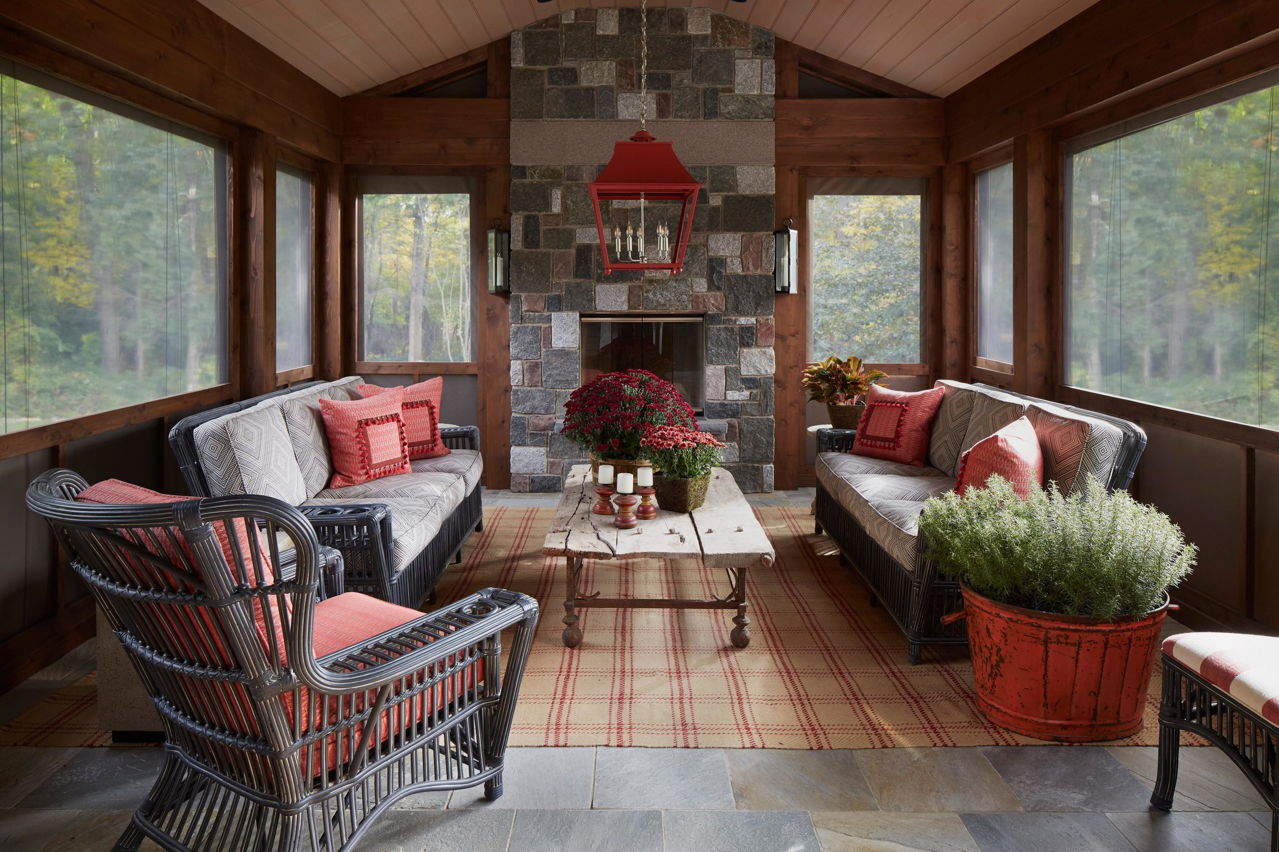 Rustic elegance on a screen porch with coral accents. Come see more interior design inspiration from Elizabeth Drake. Photo by Werner Straube. #interiordesign #classicdesign #traditionaldecor #housetour #elizabethdrake