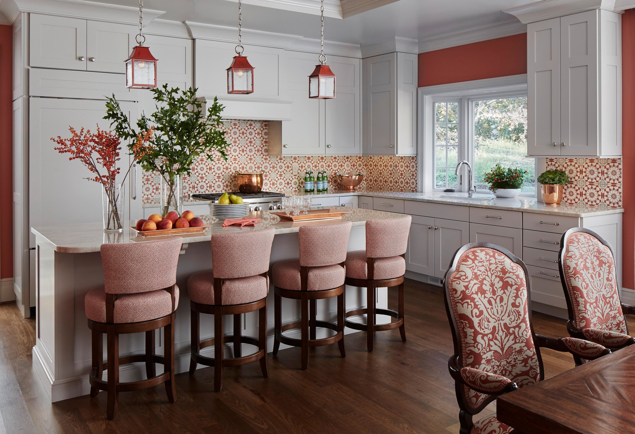 Coral accents in a beautiful classic kitchen. Come see more interior design inspiration from Elizabeth Drake. Photo by Werner Straube. #interiordesign #classicdesign #traditionaldecor #housetour #elizabethdrake