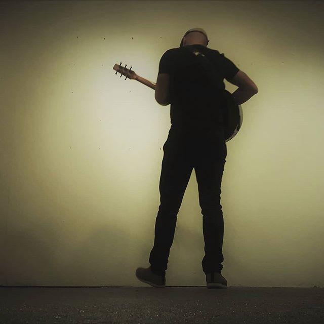 Before kickoff in Galway. . . . . #elliephotographie #greenroom #fanfret #avianskylark #musnetirl #jazzdublin #jazzmusic #guitarstagram #pickupjazz #gypsyjazzguitar #fingerstyle #fingerstyleguitar #d'addariostrings #guitarsdaily #candyrat #guitarporn #guitarsdaily #guitarspotter #guitarsarebetter #brendanguitarmaher