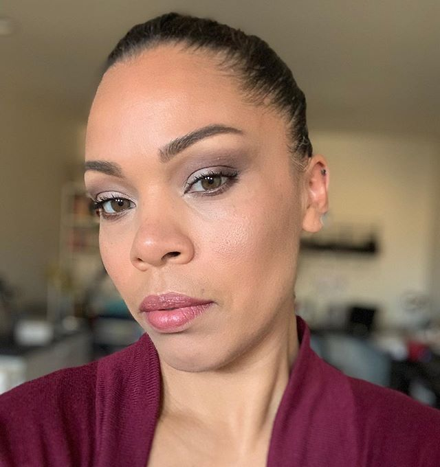 Think outside the box... ❄️ Adding extra color is something I especially like doing during the holidays. So here I did a little extra smokey from my basic, natural, everyday look. ❄️ Have fun with your makeup, it's not permanent!  All makeup used here from @beautycounter. . . . #lifestyleblogger #betterbeauty #affordablefashion #effortlessstyle #fashion #beauty #lookbook #fashionbeautyblogger #workingmom #style #beautycounter #petitefashion #styleinspiration #momprenuer #momentrepenuer #beautyblogger #nontoxic #girlboss #gilbertblogger #chandlerblogger #momblogger #bossbabe #styleblogger #casualoutfit #basics #momwear #momfashion #momwithstyle